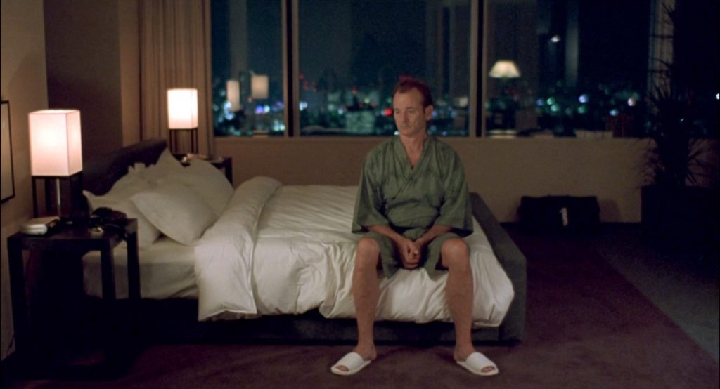 Bpb Harris (Bill Murray) sentado en una cama con un kimono en la película Lost in Translation