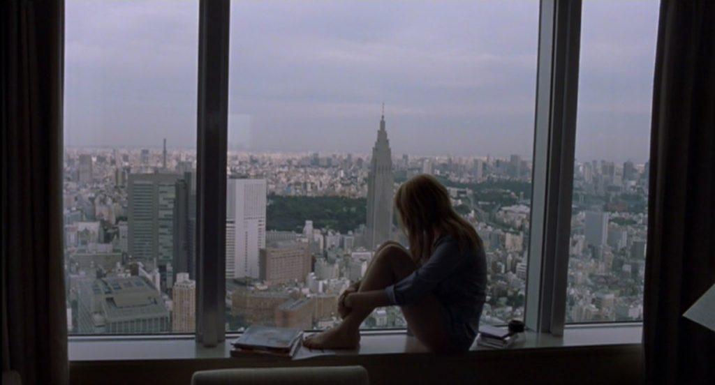 Scarlett Johansson mira desde una ventana la ciudad de Tokio