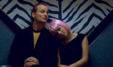 Charlotte (Scarlett Johansson) descansa su cabeza con una peluca rosa sobre el hombro de Bob Harris (Bill Murray)