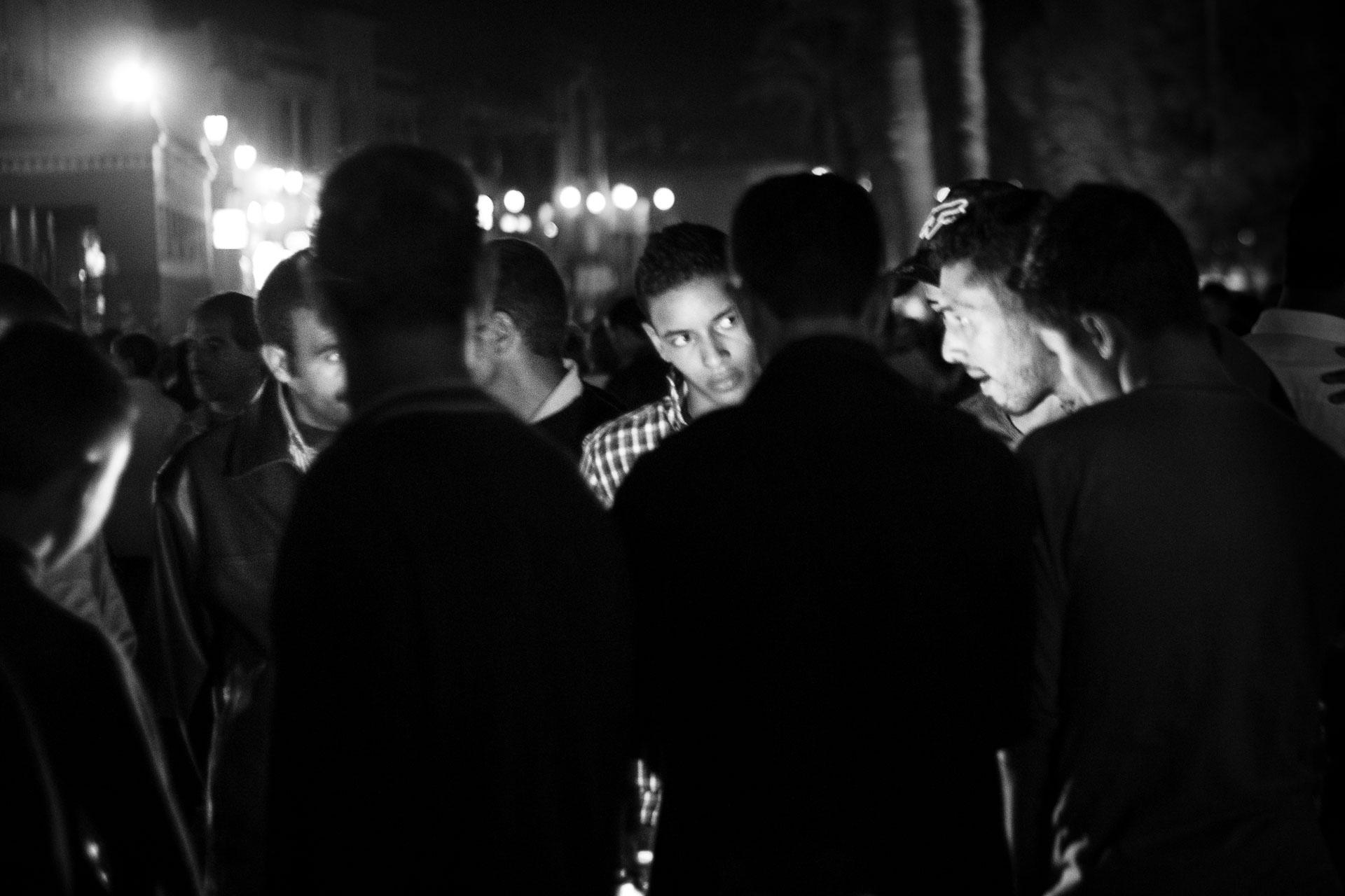 Fotografía en la que se ve a un grupo de gente escuchando un contador de historias