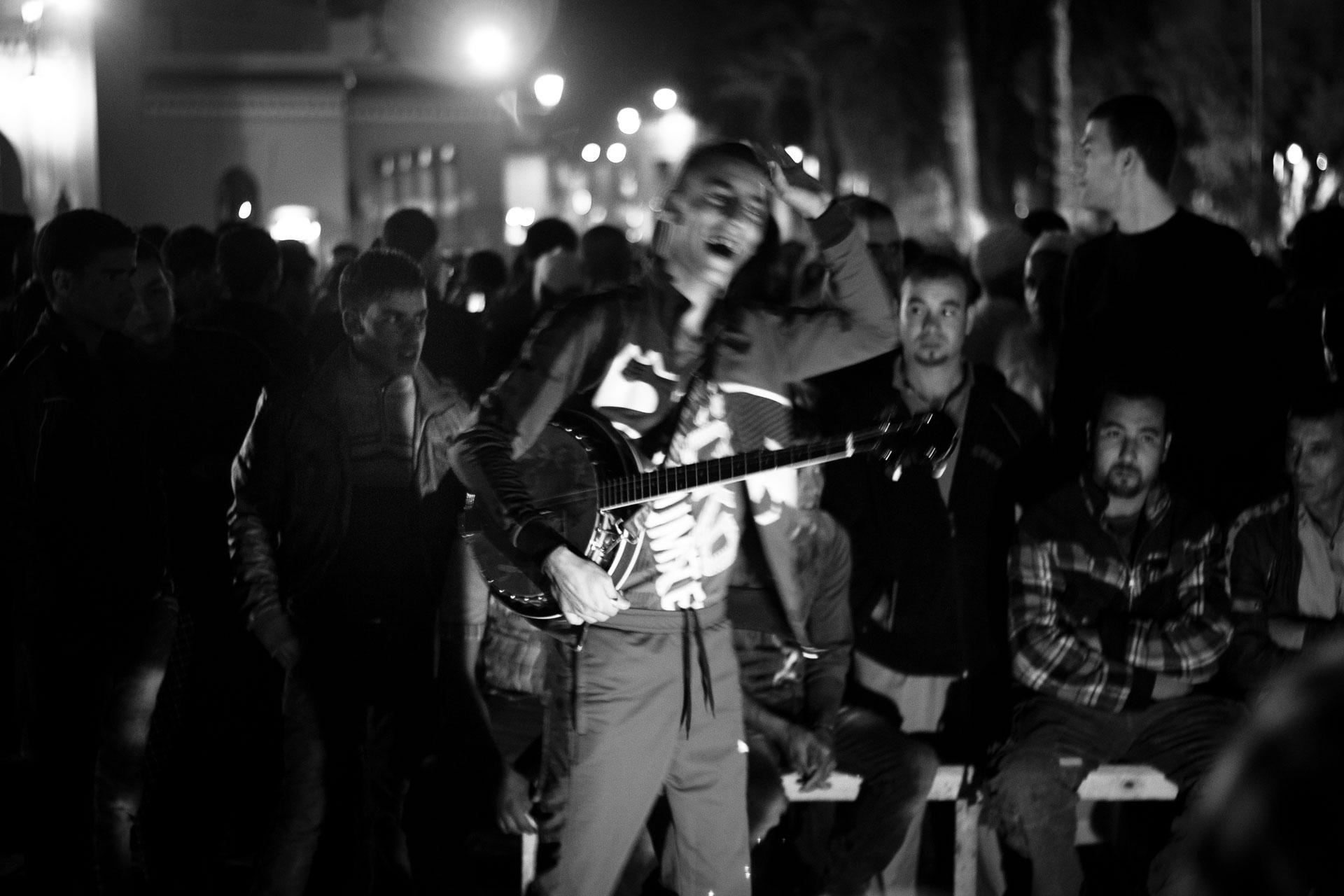Imagen de un músico finalizando su espectáculo y despidiéndose de su público