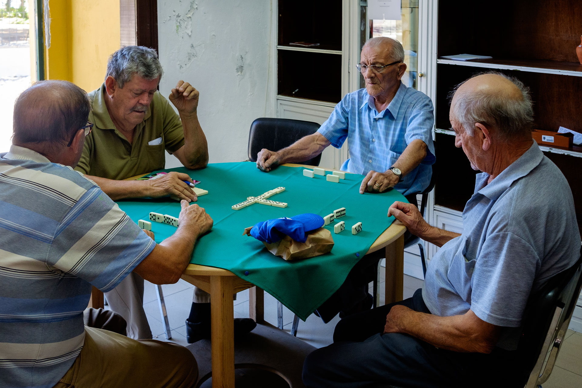 Señores jugando dominó Mourao