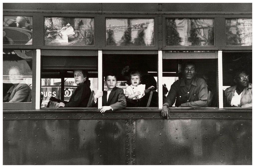 Imagen de un tranvía con pasajeros del fotógrafo Robert Frank.