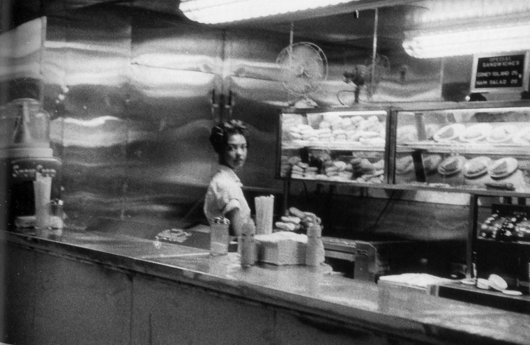 Imagen de una cafetería en Indianápolis del trabajo The Americans de Robert Frank.