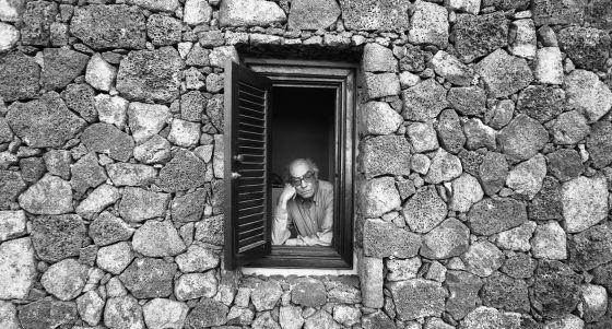 José Saramago en una ventana de una casa en Lanzarote