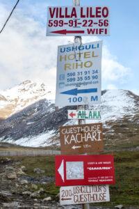 Carteles turísticos en Ushguli en Georgia