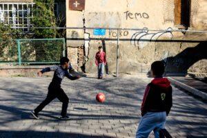 Niños jugando futbol calle Tbilisi