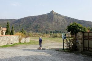 Hombre mirando Iglesia en Mshketa