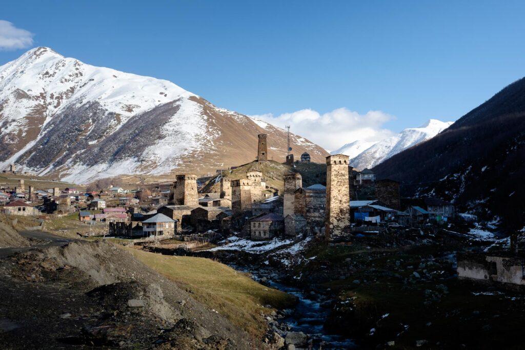 Montañas y torres fortificadas en Ushguli en el valle de Svaneti en Georgia
