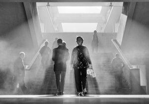 Contraluz en una escalera en Hong Kong