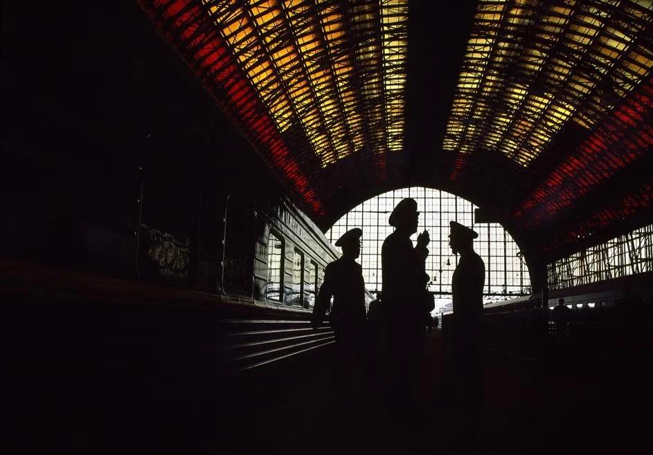 Fotografía a contraluz de unos militares en una estación de tren en moscú