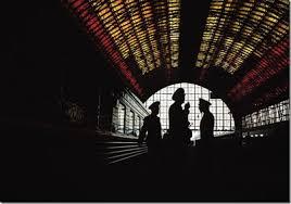 Imgan sacada a contraluz en una estación de tren en Moscú