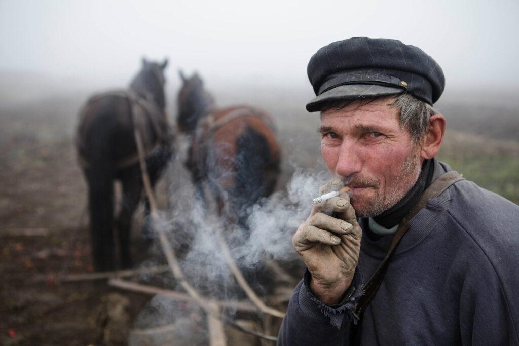 Retrato de un granjero rumano fumando