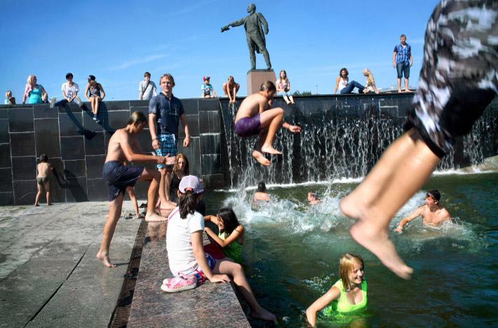 Fuentes y gente bañándose en San Petersburgo