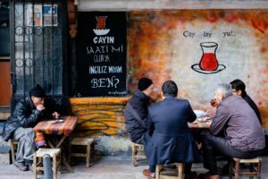 Dos grupos de gente tomando té