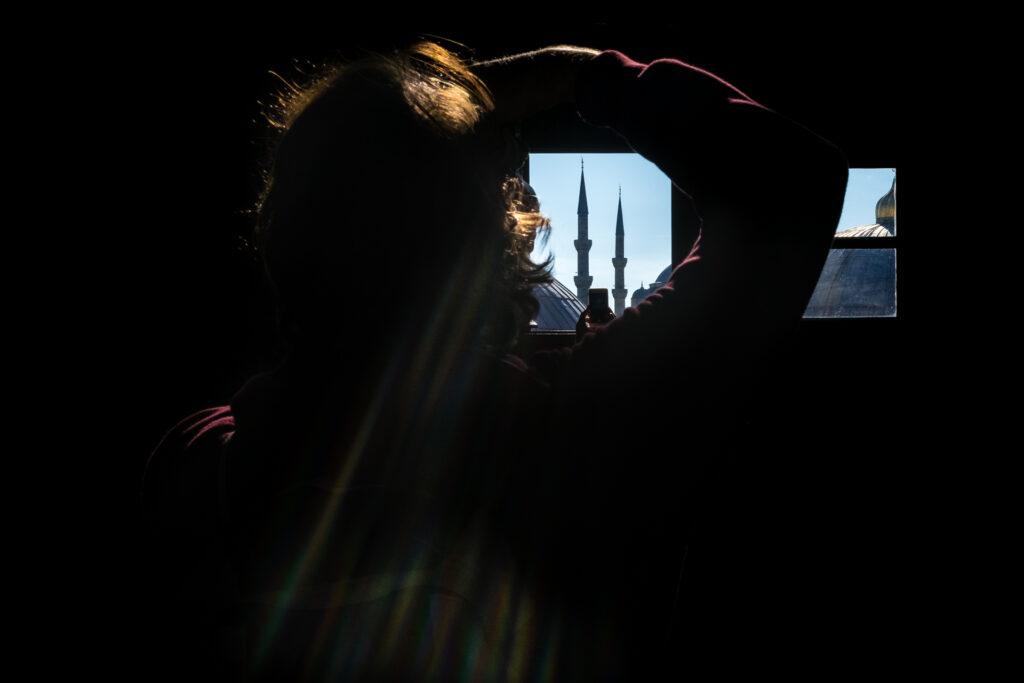 Joven fotografía Mezquita Azul desde Santa Sofía en Estambul