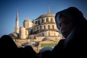 Joven con velo y la mezquita azul de Estambul al fondo