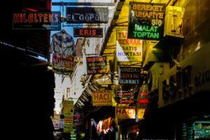 Carteles entrada mercado Estambul