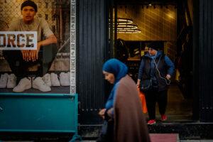 Dos mujeres salen tienda Nike Estambul
