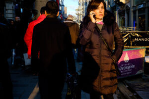 Mujer paseando calle Ikistal Estambul