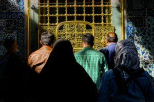 Grupo de gente reza frente a la tumba Mausoleo de Eyüp