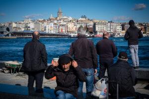 Grupo de gente en el estrecho del Bósforo con la Torre Gálata de fondo