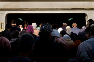 Grupo personas toman ferry en Estambul