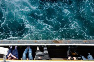Grupo personas viajan en un ferry en Estambul