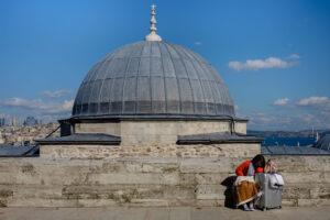 Turista descansa en plaza Mezquita Suleimán