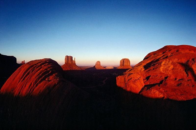 Amanecer en el Monument Valley. En fotografía y viajes la luz es elemento capital