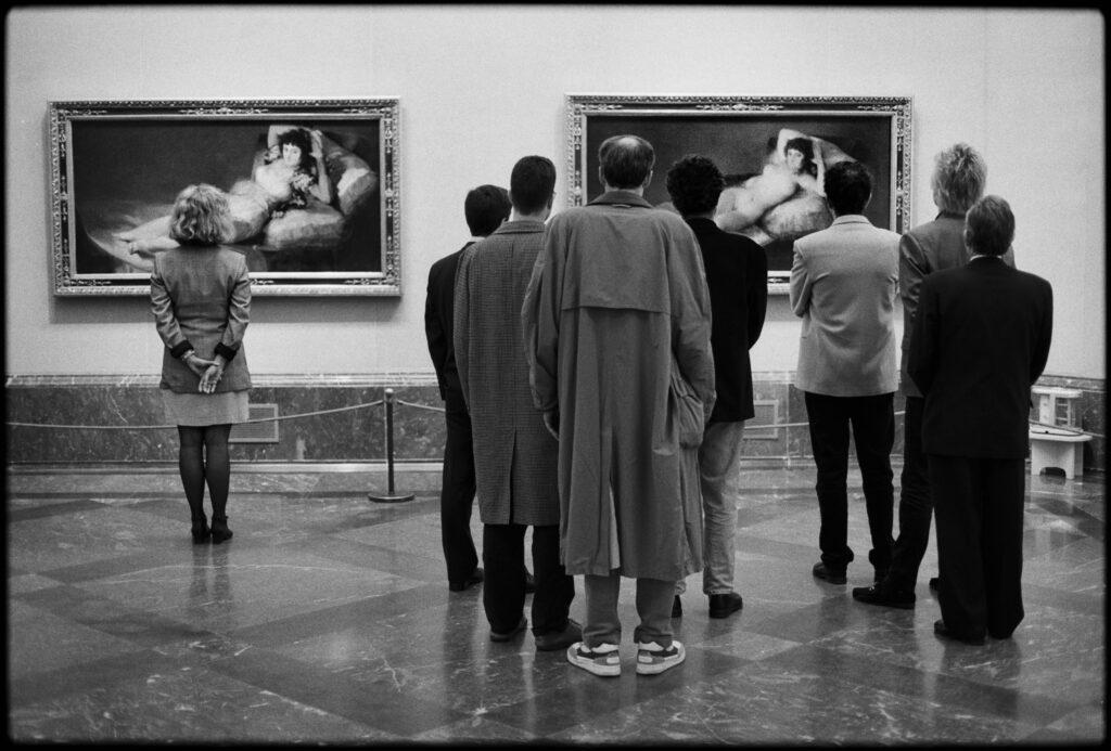 Hombres y mujeres en el Museo del Padro viendo la Maja desnuda y vestida