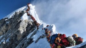 Masa de turistas en fila subiendo el everest