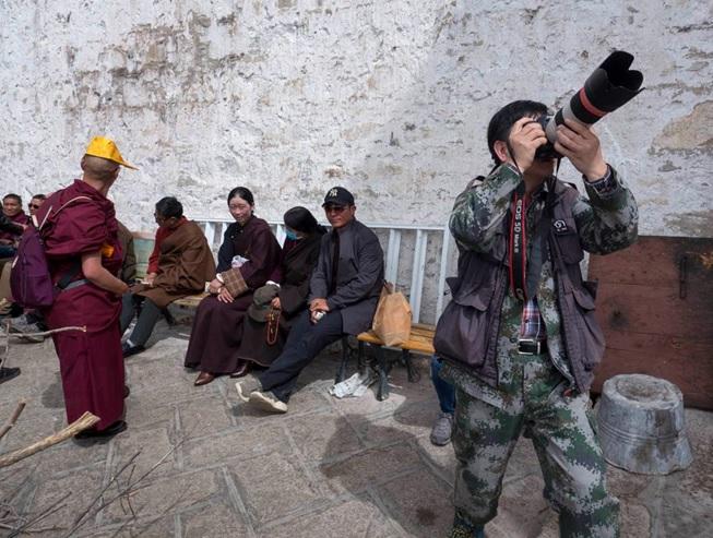 Fotógrafo vestido de cazador. Consejos de fotografía y viajes, el fotógrafo cazador.