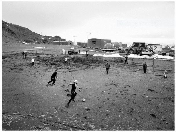 Partido de fútbol en la Antártida del Libro volverás a la Antártida para viajar a través de un libro