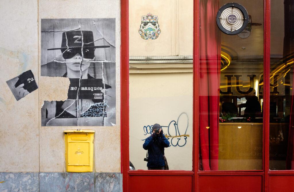 Un flâneur pasea por París y saca fotografías. En este caso un selfie.